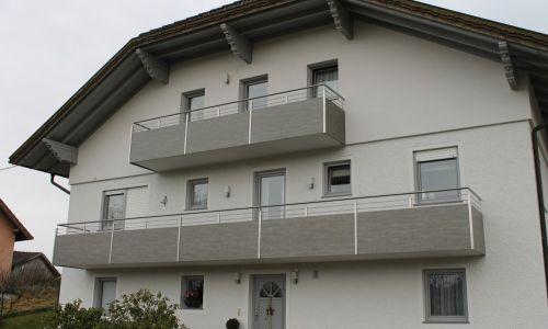 Balkon mit Blechverkleidung