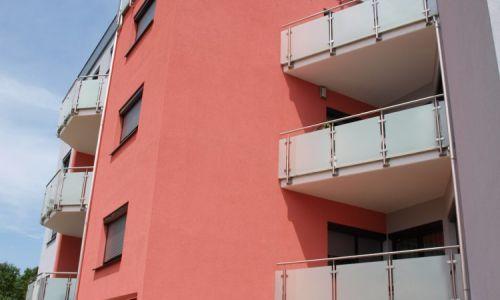 Balkonanlage mit Milchglaseinsätzen.
